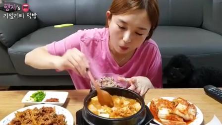 韩国美女今天吃泡菜汤炒猪肉午餐肉和烤鱼,一口肉下去就是幸福??!