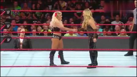"""美国女子摔跤:美女想和对手握手,""""不料被偷"""