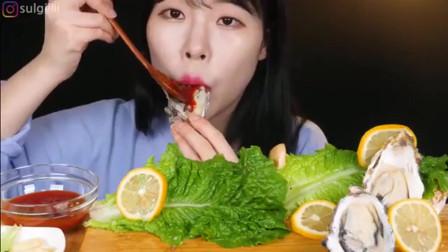 韩国美女吃生蚝,只蘸上辣酱吃,一口一个!