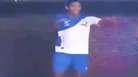 让罗纳尔迪尼奥踢室内足球就是个*UG, 无懈可击