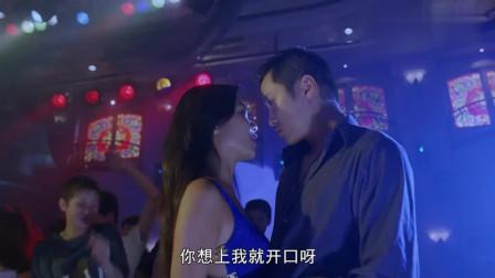 小伙酒吧遇到可爱美女热舞,瞬间不淡定了