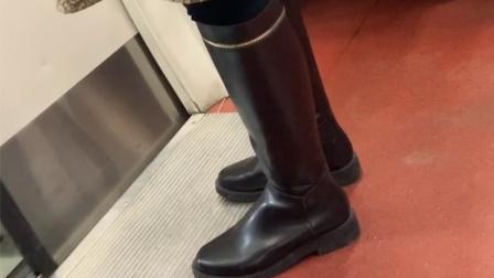 【 街拍鞋靴】今天遇到两个女生,穿了相同款长