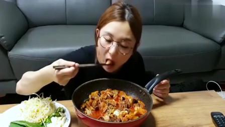 韩国美女Hamzy吃炒八爪鱼,还有芝士满满的炒饭,