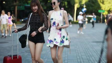 武汉街拍,这对姐妹厉害了,走哪都吸引一堆人
