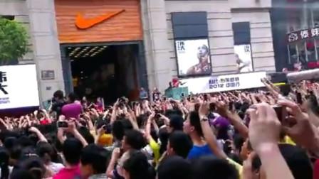 科比!疫区中的武汉球迷永远怀念你!回顾科比2012武汉江汉路之行