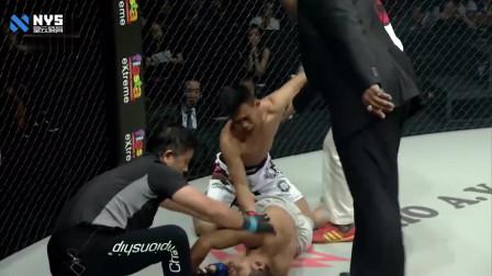 骑在对手身上就往地上倒,拳手直接被勒倒昏迷,吓坏向裁判求助