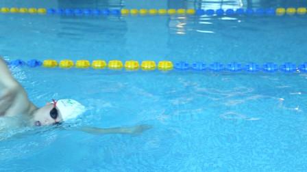 中游体育:自由泳呼吸半镜技术慢动作示范