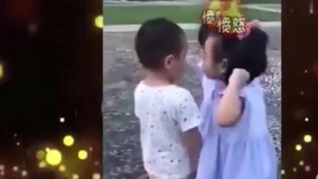 家庭幽默录像:两小姐妹步步逼近这小男孩,脸