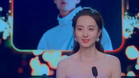 美女在舞台上演讲,看到那熟悉的背影!