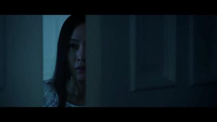 美女刚洗完澡,谁知一个人突然出现在门口,当