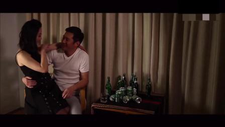 男子一人在房间喝闷酒,遇美女主动上前搭话