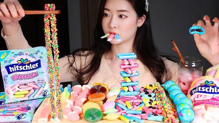美女吃风靡韩国的流行糖果,各种趣味的造型好