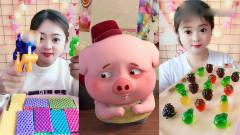 美女直播吃小猪棒棒糖、彩色软糖,吃起来特别