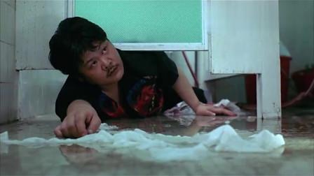 美女刚进厕所,以为胖子趴在地上偷看,没想到