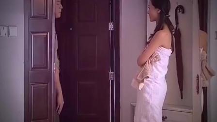 美女正在洗澡,小伙过来道歉,绝对是故意的吧