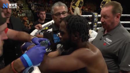 黑人拳手使出必杀重拳,没有戴拳套,结果把自