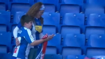 武磊西甲进入首球后赠送球衣,接到球衣小球迷喜极而泣!