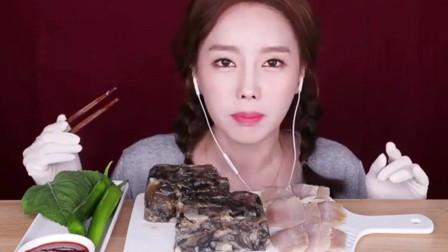 韩国美女吃的这是什么呀?吃得一脸痛苦,估计