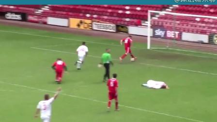 在英格兰一场不知道什么级别的业余足球赛中,这位大哥竟然把航母开翻了