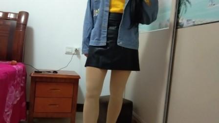 美女模特试穿黑色小皮裙,搭配牛仔短外套、丝