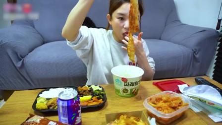 国外美女吃播:韩国的盒饭+泡面