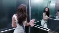 美女电梯内自拍太投入,下一幕尴尬了