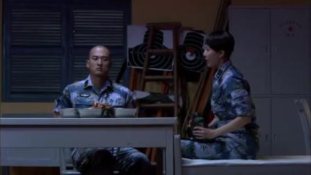 火蓝刀锋:老兵给新兵过生日,还请一美女新兵