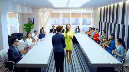 美女三十秒说服总监买保险,引发全场掌声,不