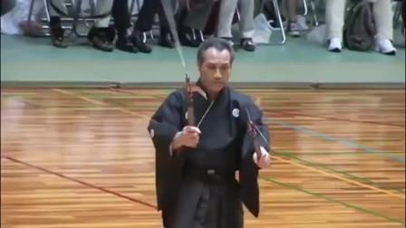 日本武术家表演的二刀神影锁镰术,网友:这不就是神婆驱鬼吗?