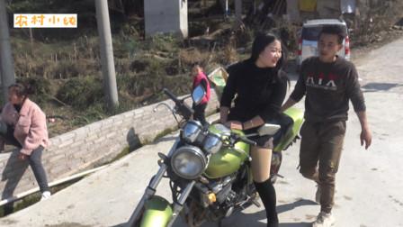 本田C*400摩托跑车,跑车配美女,谁是司机呢?