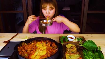 国外美女吃播:韩国煎饼+辣炒鸡肉外加芝士