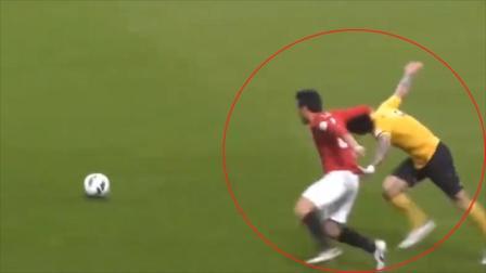 不能忍!国足球员被日本人强拽头发拖行2米远,起身后却吃了红牌
