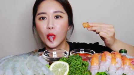 吃播:韩国美女吃货试吃鲜虾刺身,蘸上秘制酱料,吃起来嘎嘣脆!