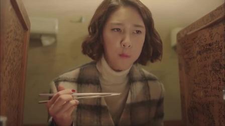 韩国美女吃拉面,一人躲在小隔间里,哪料一个