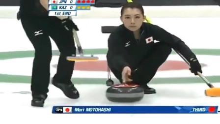 日本冰壶美女赛场笑场,出现如此尴尬,太搞笑了