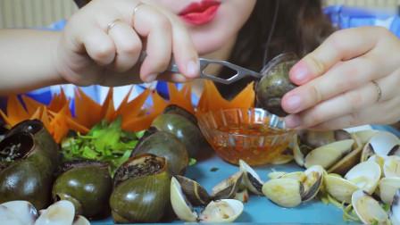国外美女吃播:黑胡椒烤蜗牛+清蒸蛤蜊,看着就