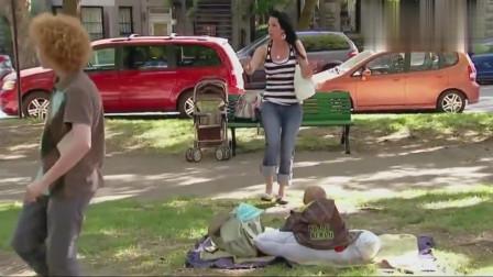 国外恶搞 地上坐着一个婴儿,踢足球的两小子却