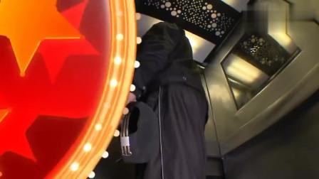 国外恶搞 电梯失常空间被压缩得越来越小,乘客