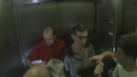 国外恶搞 电梯内冒出毒气,没有防毒面具的人恐