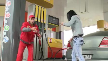 国外恶搞 加油站员工汽油喝下肚,惊呆客人
