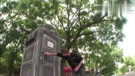 国外恶搞 街上的厕所太差了,想入去真难