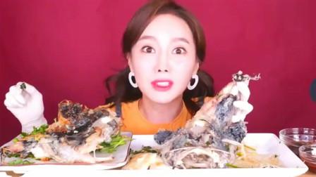 韩国大胃王美女试吃清蒸大海鱼,抹上辣酱直接