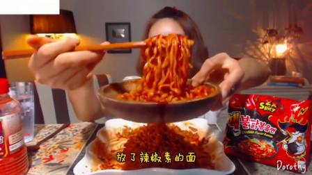 吃播:韩国美女吃货试吃超辣火鸡面,拌上辣椒