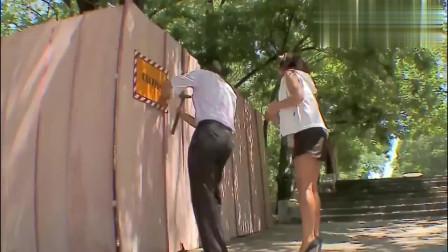 国外恶搞 路人帮妹子钉板墙,不料传来一声惨叫