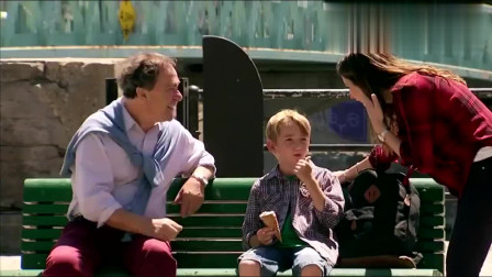国外恶搞 男孩吃冰淇淋弄脏了嘴,路过女子用独