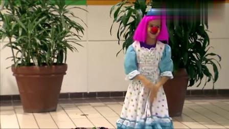 国外恶搞 小女孩扮小丑表演,突然一盘蛋糕扔观