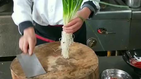 饭店后厨的牛人厨师,大把香葱一会就切成细丝,这刀工让人大开眼界!