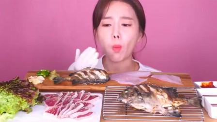 韩国大胃王美女现切比目鱼生鱼片,居然蘸着番