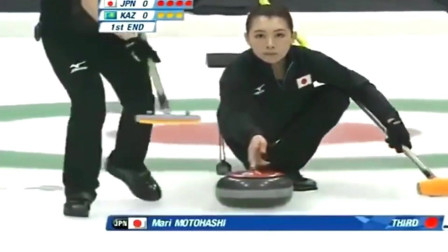 日本冰壶美女赛场笑场,出现如此尴尬,太搞笑