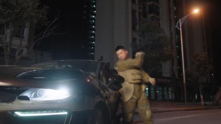 女摄影师撞上坦克还耍横,下秒战士直接砸窗夺